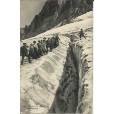 CPA: GLACIERS DES ALPES. UNE CREVASSE. Années 1910.