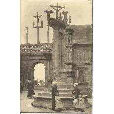 CPA: LAMPAUL, L'Arc de Triophe et le Calvaire, Animée, vers 1920