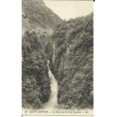 CPA: LUZ-SAINT-SAUVEUR, la Gorge vue du Pont Napoléon, vers 1900