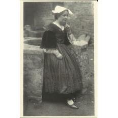 CPA (REPROD.): STE-ANNE D'AURAY,Jeune Femme en Costume, vers 1900.