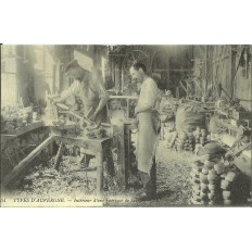 CPA: (REPRO). TYPES D'AUVERGNE, Fabrique de Sabots, vers 1900.
