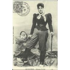CPA: (REPRO). ILE D'OLERON, Pecheuse d'huitres, vers 1900.