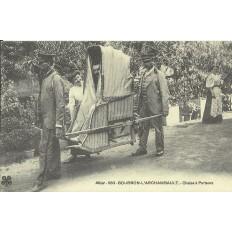 CPA: (REPRO). BOURBON-L'ARCHAMBAULT, Chaise à Porteurs, vers 1900.