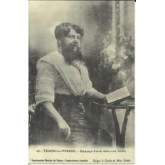 CPA: (REPRO). THAON-les-VOSGES, Mme Delait dans son salon, vers 1910.