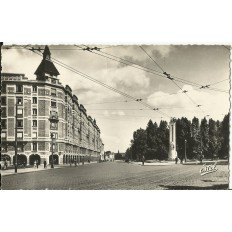 CPA: TOURCOING, Rue et Monument Dron, années 1940