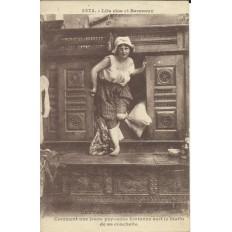CPA: BRETAGNE, Comment une jeune paysanne sort de sa couchette, vers 1910