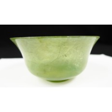 CHINE, TASSE EN NEPHRITE CELADON. CHINA, ANCIENT CUP IN CARVED NEPHRITE.
