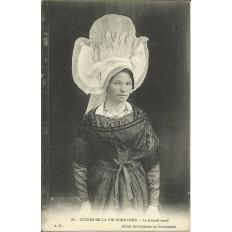 CPA: NORMANDIE, Le Bonnet Rond, vers 1900