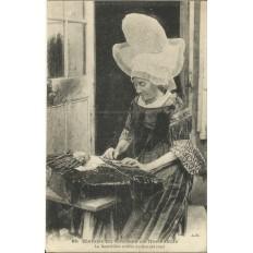 CPA: NORMANDIE, La dentellière au bonnet Rond , vers 1900