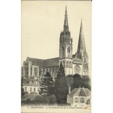 CPA: CHARTRES, La Cathédrale vue de la Place Chatelet, vers 1910